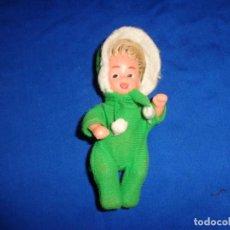 Muñecas Españolas Modernas: ANTIGUA MUÑECA CUERPO DE PLASTICO CABEZA GOMA SIN MARCA ALGUNA MIDE 11 CM VER FOTOS! SM. Lote 135267654