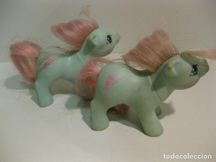 Muñecas Españolas Modernas: 2 mi pequeño pony my little pony . hasbro 1985 pat pend hong kong bebe sonajero en lomo - Foto 3 - 136311798