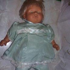 Muñecas Españolas Modernas: BONITO MUÑECO POSIBLEMENTE BABY O DORMILÓN DE FALCA AÑOS 80 MUY GRANDE 60 CM+ TRAJE ANTIGUO. Lote 140430234