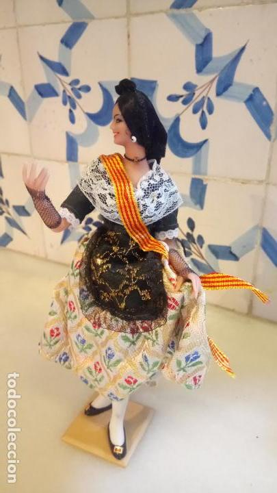 Muñecas Españolas Modernas: Antigua muñeca con vestido tradicional de Catalunya / Cataluña / Caramelles - Foto 2 - 142783754