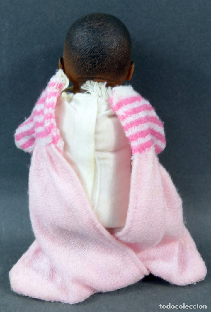Muñecas Españolas Modernas: Bebé negro goma y cuerpo trapo con vestido rosa Made in Spain años 80 17 cm - Foto 2 - 143452306