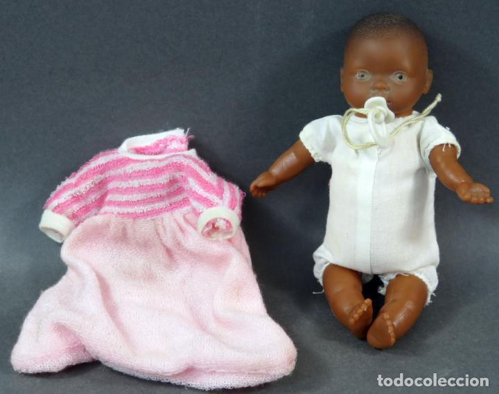 Muñecas Españolas Modernas: Bebé negro goma y cuerpo trapo con vestido rosa Made in Spain años 80 17 cm - Foto 3 - 143452306