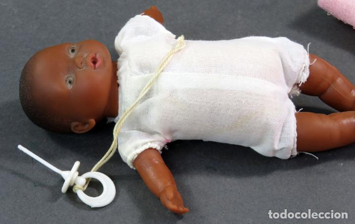 Muñecas Españolas Modernas: Bebé negro goma y cuerpo trapo con vestido rosa Made in Spain años 80 17 cm - Foto 5 - 143452306