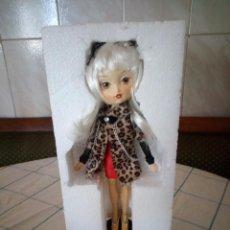 Muñecas Españolas Modernas: MUÑECA CRUELA LAS KUKIS DE GLAMOUR GIRL. NUEVA EN CAJA ORIGINAL.. Lote 143611782