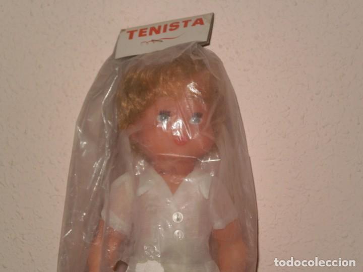 Muñecas Españolas Modernas: MUÑECA TENISTA ( BARATIJAS DE KIOSCO ) 1970 , DE INDUSTRIAS MIBER , MADE IN SPAIN - Foto 2 - 143627910