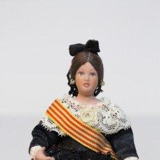 Muñecas Españolas Modernas: PRECIOSA MUÑECA VESTIDA DE TRAJE TÍPICO CATALÁN. CASA DE MUÑECAS MARÍN/ FABRICA MARÍN. AÑOS 80'. Lote 146446718