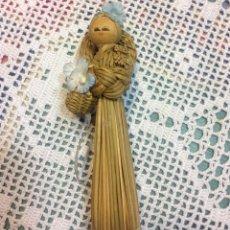 Muñecas Españolas Modernas: PEQUEÑA MUÑECA DE PAJA Y MADERA. Lote 150684762