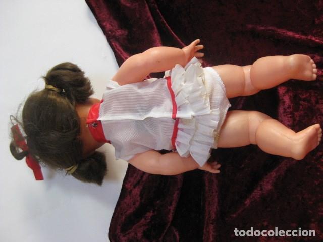 Muñecas Españolas Modernas: AÑOS 70 - MUÑECA TIPO BEBE GRANDE CON COLETAS Y ORIGINAL VESTIDO Y BRAGITAS 38 CM APROX - Foto 2 - 151509974