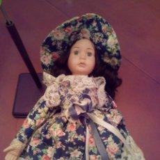Muñecas Españolas Modernas: MUÑECA DE PORCELANA - ELIZABETH A - THE PROMENADE COLLECTION - CON SOPORTE. Lote 153390600