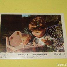 Muñecas Españolas Modernas: CROMO SERIE A Nº 8 COLECCIÓN MODELOS 1965 MARIOLA Y CORAZONCITO DE MUÑECAS ICSA IBERICA COMERCIAL SA. Lote 154727878
