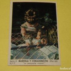 Muñecas Españolas Modernas: CROMO SERIE A Nº 7 COLECCIÓN MODELOS 1965 MARIOLA Y CORAZONCITO DE MUÑECAS ICSA IBERICA COMERCIAL SA. Lote 154727954