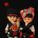 Muñecas Españolas Modernas: PAREJA DE MUÑECOS REGIONALES ANTIGUOS EN JOYERO DE MADERA. Lote 158517066