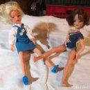 Muñecas Españolas Modernas: SINDY. LOTE DE 2 MUÑECAS Y 2 CATÁLOGOS. FLORIDO. ESPAÑA. AÑOS 70. Lote 159163350
