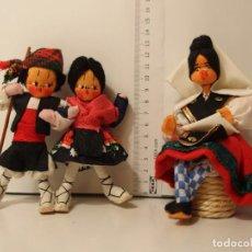 Muñecas Españolas Modernas: PAREJA DE FIELTRO DE BATURROS Y UNA LAGARTERANA AÑOS 70. Lote 160624206
