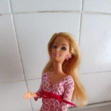 Muñecas Españolas Modernas: MUÑECA BARBIE SENTADA EN SILLA-BUEN ESTADO. Lote 161145410