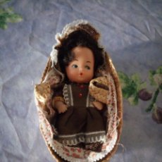 Muñecas Españolas Modernas: ANTIGUA MUÑECA EN MOISES DE MIMBRE,TAMAÑO BARRIGUITAS.AÑOS 80. Lote 164760726
