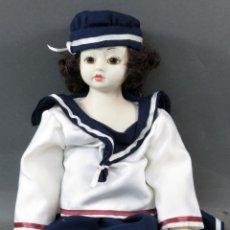 Muñecas Españolas Modernas: MUÑECA PORCELANA VESTIDO MARINERO SIN MARCA CUERPO ESPUMA AÑOS 80 43 CM . Lote 166282838