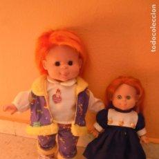 Muñecas Españolas Modernas: LOTE 2 MUÑECA FEBER POCAS PECAS PELIRROJA DENENAS GUAPA 30 CM 42 CM. Lote 173801219