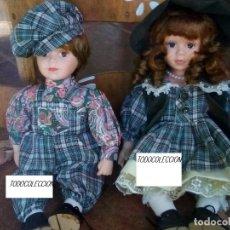 Muñecas Españolas Modernas: PAREJA DE MUÑECOS DE PORCELANA NIÑO Y NIÑA POSICIÓN SENTADA. Lote 176210390