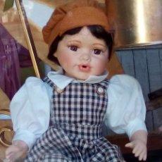 Muñecas Españolas Modernas: MUÑECO PORCELANA NIÑO POSICIÓN SENTADA . Lote 176210524