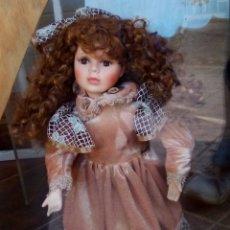 Muñecas Españolas Modernas: MUÑECA DE PORCELANA DE UNOS 45 CENTÍMETROS . Lote 176210717