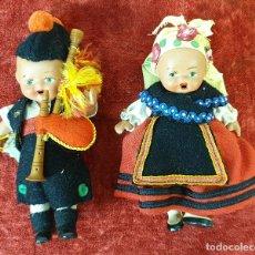 Muñecas Españolas Modernas: PAREJA DE MUÑECOS DE TERRACOTTA. TRAJE REGIONAL, SANTIAGO DE COMPOSTELA.SIGLO XX.. Lote 176816654