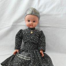 Bonecas Espanholas Modernas: MUÑECA ABUELITA DE BB CON MEDALLA Y ROPA ORIGINAL. Lote 185679548