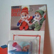 Muñecas Españolas Modernas: SILLA TRONA MECEDORA AZUL CON MUÑECO BABY DOLL.BABY TOY 70S.SIN ABRIR.. Lote 187148315