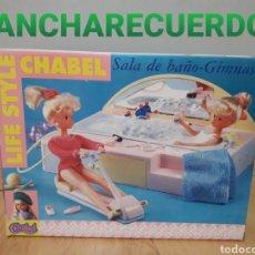 Muñecas Españolas Modernas: CHABEL SALA BAÑO GIMNASIO REFERENCIA 1491 JUGUETES FEBER S.A. AÑO 1989 BAÑERA APARATO GYM LIFE STYLE. Lote 194253050