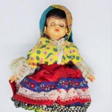 Muñecas Españolas Modernas: MUÑECA DE CELULOIDE Y PLÁSTICO CON OJOS DURMIENTES Y VESTIDO REGIONAL SIN MARCA. Lote 194543765