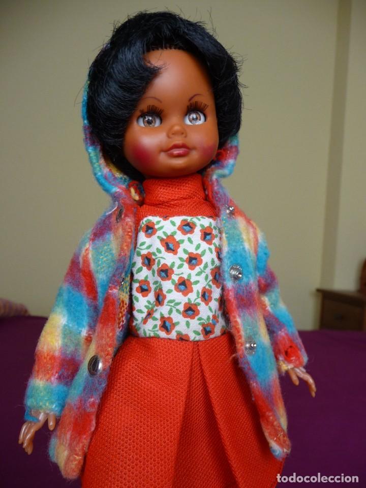 Muñecas Españolas Modernas: Muñeca carina de vicma negra negrita con ropa original años 70 muy dificil epoca nancy - Foto 2 - 194897231