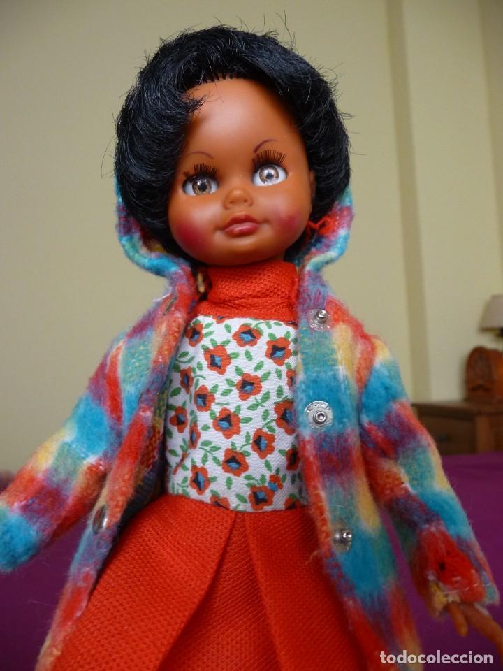 Muñecas Españolas Modernas: Muñeca carina de vicma negra negrita con ropa original años 70 muy dificil epoca nancy - Foto 9 - 194897231