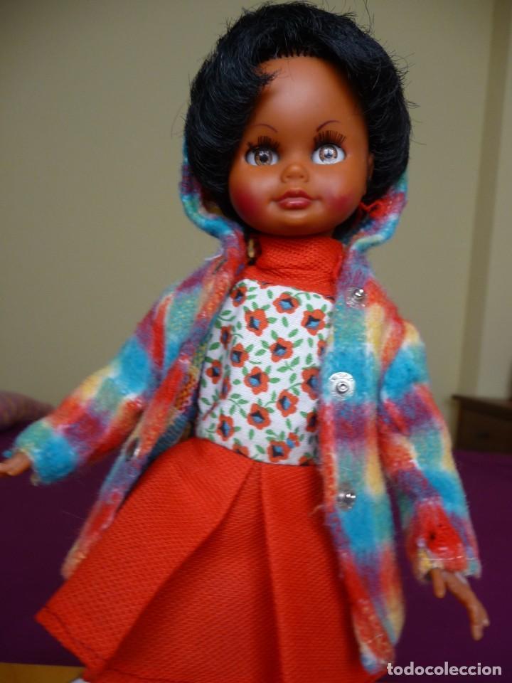 Muñecas Españolas Modernas: Muñeca carina de vicma negra negrita con ropa original años 70 muy dificil epoca nancy - Foto 10 - 194897231