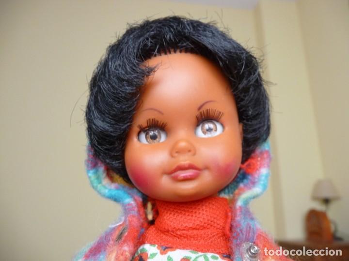 Muñecas Españolas Modernas: Muñeca carina de vicma negra negrita con ropa original años 70 muy dificil epoca nancy - Foto 11 - 194897231