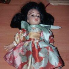 Muñecas Españolas Modernas: MUÑECA LA BAMBOLA MADE IN SPAIN, VESTIDO DE TIPO ASIÁTICO , 28 CM DE ALTURA. Lote 195224670