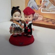 Muñecas Españolas Modernas: PAREJA REGIONAL DE CATALANES EN CELULOIDE AÑOS 70 DE SOBREMESA. Lote 203586590