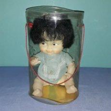 Bonecas Espanholas Modernas: ANTIGUA MUÑECA ASIATICA EN SU BOTE POSIBLEMENTE DE FAMOSA O JESMAR AÑOS 60/70. Lote 206316202