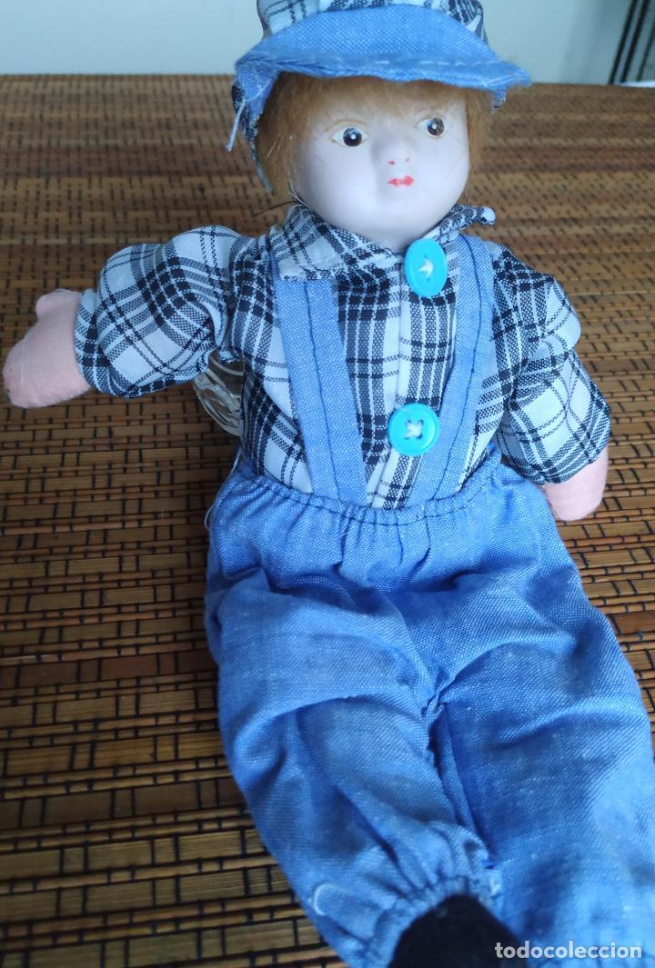 Muñecas Españolas Modernas: Muñeco niño cabeza porcelana y cuerpo trapo. Peto, camisa y gorra. Largo aprox. 26 cm. - Foto 2 - 206584000