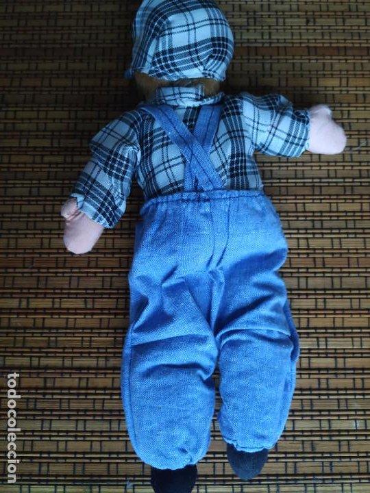 Muñecas Españolas Modernas: Muñeco niño cabeza porcelana y cuerpo trapo. Peto, camisa y gorra. Largo aprox. 26 cm. - Foto 3 - 206584000