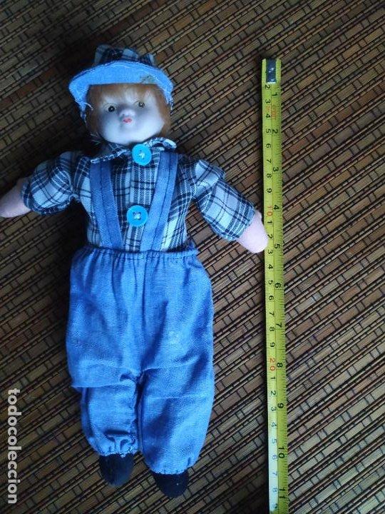Muñecas Españolas Modernas: Muñeco niño cabeza porcelana y cuerpo trapo. Peto, camisa y gorra. Largo aprox. 26 cm. - Foto 4 - 206584000