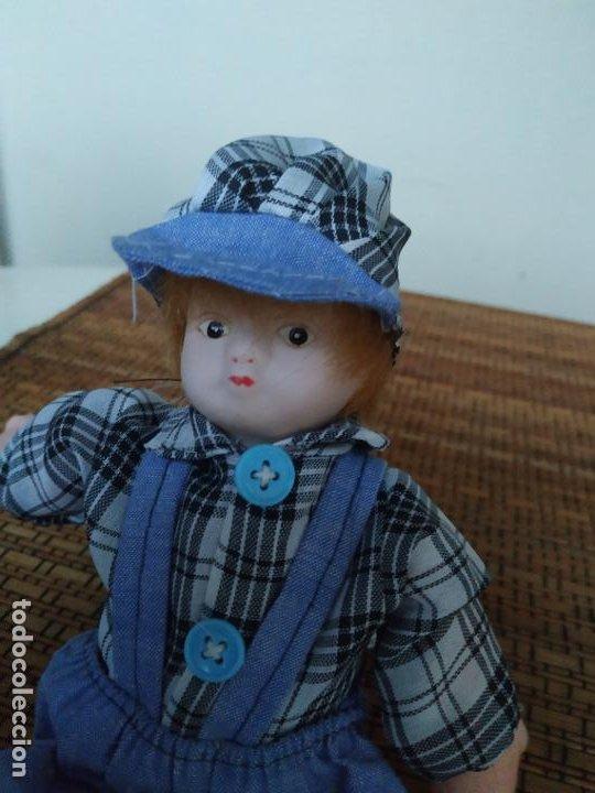 Muñecas Españolas Modernas: Muñeco niño cabeza porcelana y cuerpo trapo. Peto, camisa y gorra. Largo aprox. 26 cm. - Foto 5 - 206584000