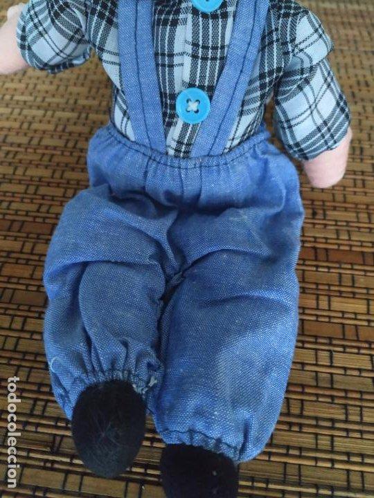 Muñecas Españolas Modernas: Muñeco niño cabeza porcelana y cuerpo trapo. Peto, camisa y gorra. Largo aprox. 26 cm. - Foto 6 - 206584000