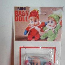 Muñecas Españolas Modernas: SILLA TRONA MECEDORA AZUL CON MUÑECO BABY DOLL.BABY TOY 70S.SIN ABRIR.. Lote 206998696