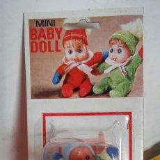 Muñecas Españolas Modernas: SILLA TRONA MECEDORA NARANJA CON MUÑECO BABY DOLL.BABY TOY 70S.SIN ABRIR.. Lote 206998875