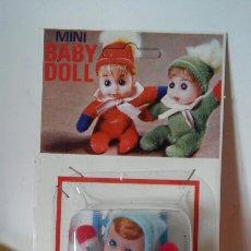 Muñecas Españolas Modernas: SILLA TRONA MECEDORA AZUL CON MUÑECO MINI BABY DOLL.BABY TOY 70S.SIN ABRIR.. Lote 211452009
