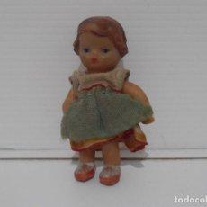 Muñecas Españolas Modernas: PEQUEÑA MUÑECA GOMA, VESTIDO 6 CM, AÑOS 70. Lote 212626845