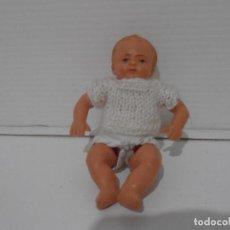 Muñecas Españolas Modernas: PEQUEÑA MUÑECA BEBE PLASTICO, VESTIDO PUNTO BLANCO, AÑOS 60. Lote 212627020