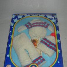 Muñecas Españolas Modernas: CONJUNTO O TRAJE EQUIPO INVIERNO SPORT DE BABY MOCOSETE EN SU CAJA ORIGINAL - TOYSE AÑOS 70 -. Lote 214147341
