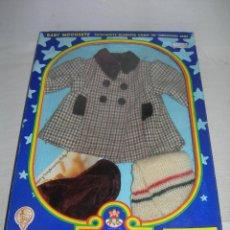 Muñecas Españolas Modernas: CONJUNTO O TRAJE EQUIPO ABRIGO DE BABY MOCOSETE EN SU CAJA ORIGINAL - TOYSE AÑOS 70 -. Lote 214147506