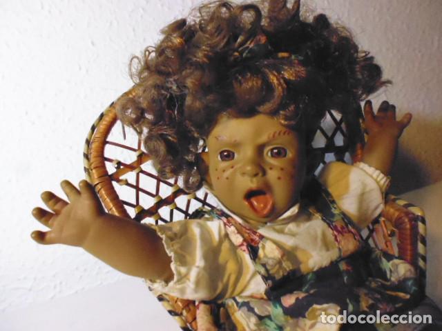 Muñecas Españolas Modernas: MUÑECA TIPO GESTITOS, IMITACIÓN DANTON JOS. CON SILLA MIMBRE. - Foto 2 - 216708345
